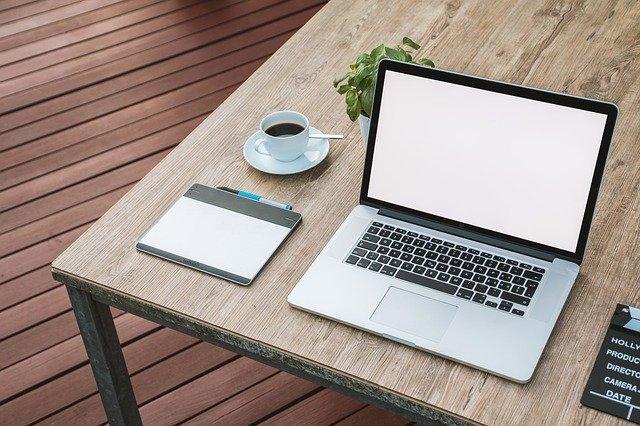 Kalenteri ja tietokone, joiden avulla lainan lyhentäminen onnistuu
