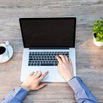Veronpalautusten maksu kuvattuna tietokoneella ja miehellä